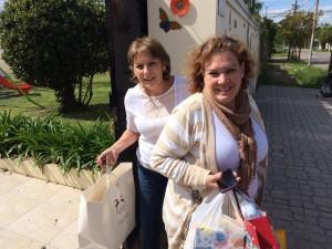 Margarita y Mary, Presidenta y Vicepresidenta de Mujeres de Negocios y Profesionales del Sur, bajando la carga.