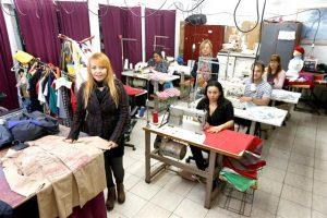 Silvia Flores y otros cooperativistas, en el Taller de Costura. Foto: LA NACION / Ricardo Pristupluk
