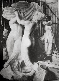 Lola Mora esculpiendo