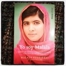 Excepcional relato de una familia desterrada por el terrorismo global, de la lucha por la educación de las niñas, de un padre que, él mismo propietario de una escuela, apoyó a su hija y la alentó a escribir y a ir al colegio, y de unos padres valientes que quieren a su hija por encima de todo en una sociedad que privilegia a los hijos varones. Yo soy Malala nos hace creer en el poder de la voz de una persona para cambiar el mundo.