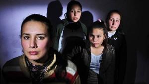 """""""No queremos que nos pase lo mismo"""", dicen Araceli, Adriana, Camila y Mariana, las hijas de la victima de una femicidio en Santos Tomé, Corrientes. foto: Ruben Digilio"""