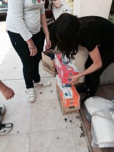 Las chicas colaborando con las caja