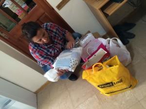 Alejandra mirando los regalos para el bebé