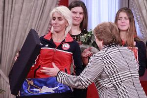 la Presidenta Michelle Bachelet le entregó la bandera de Chile a la maratonista Érika Olivera